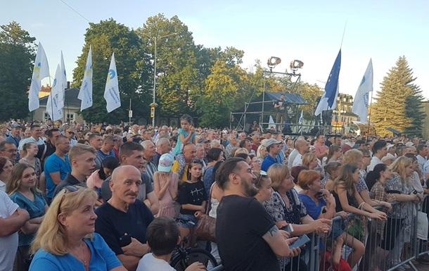 Во время встречи Порошенко с избирателями бросили дымовые шашки