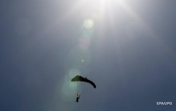 У Криму після невдалого стрибка з парашутом потонули двоє військових - ЗМІ