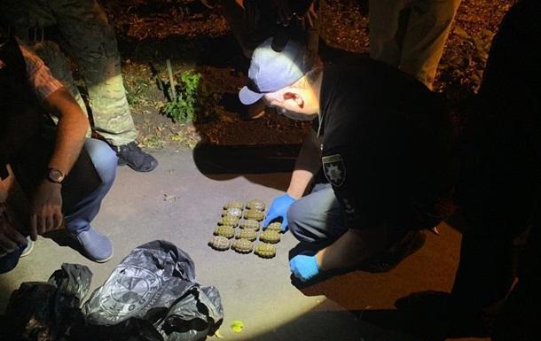 Двоє армійців намагалися продати 15 гранат