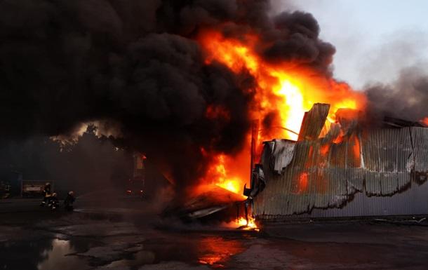 Пожар на складах под Киевом потушили