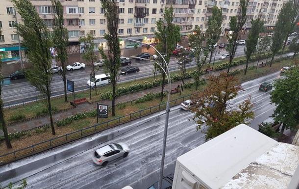 Киев накрыл ливень с грозой, улицы залило водой