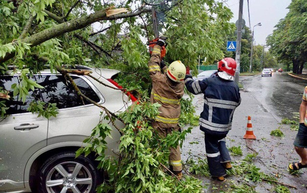 Непогода в Киеве: двое пострадавших, 15 разбитых авто