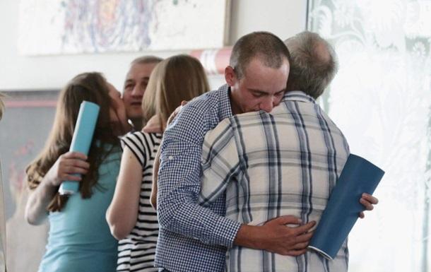 Освобожденные из плена  ЛДНР  прилетели в Киев