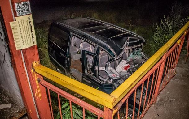 Під Дніпром Mercedes врізався в залізничну зупинку, є постраждалі