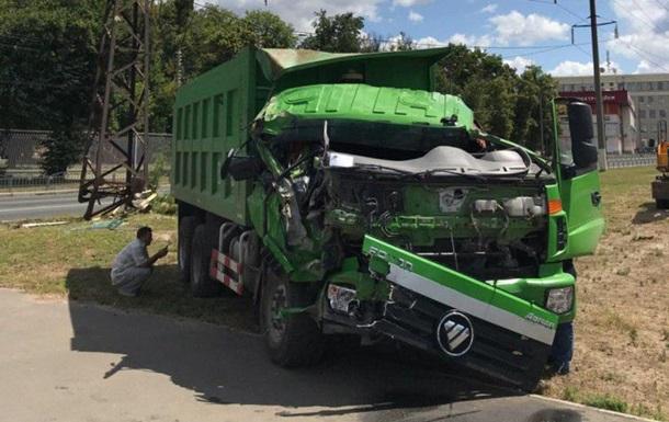 У Харкові вантажівка збила електроопору