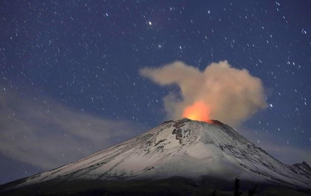 Вулкан вблизи Мехико выбросил столб пепла