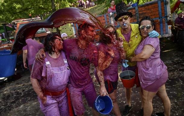 В Испаниии прошла  винная битва  - вылили 70 тысяч литров вина