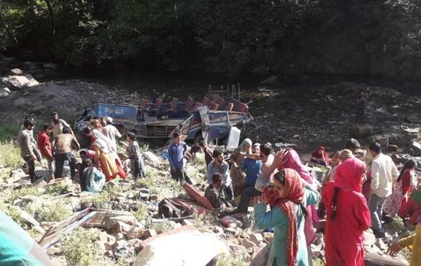 В Индии автобус рухнул в ущелье: 30 погибших
