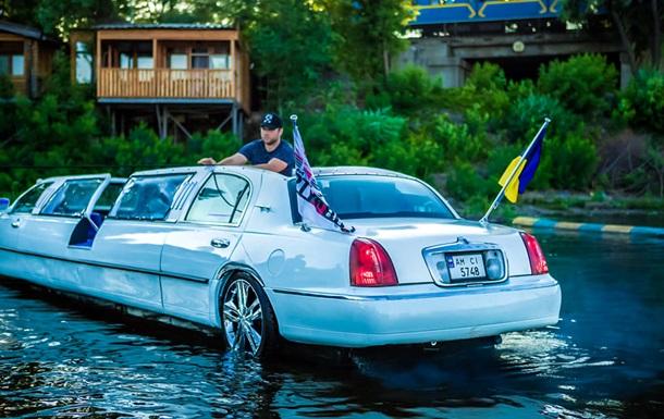 В Киеве запустили плавающий по реке лимузин