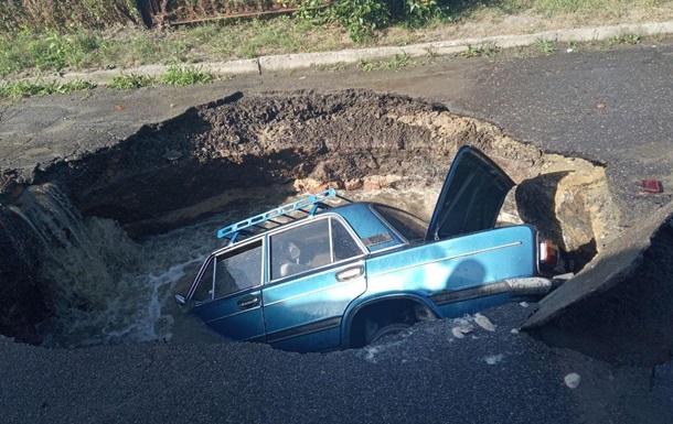 В Полтаве машина на ходу провалилась под асфальт
