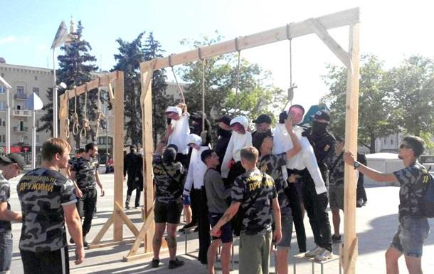 Активісти встановили шибениці в центрі Харкова