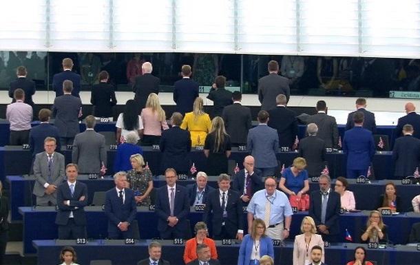 Депутаты партии Brexit демонстративно отвернулись, услышав гимн ЕС