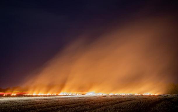 Возле Днепра на поле произошел крупный пожар