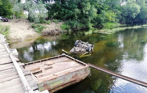 В Черниговской области автомобиль упал с моста в реку