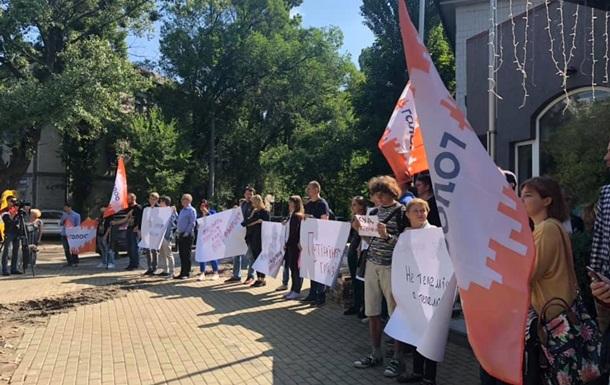 У Києві пікетують NewsOne через телеміст з РФ