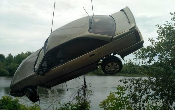 ДТП на Вінниччині: машина впала в озеро, загинули дві людини