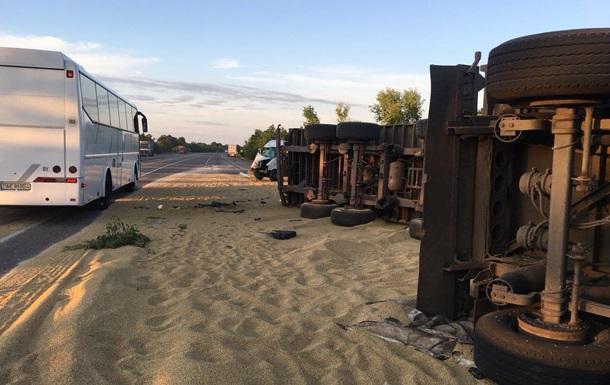 На трасі Київ-Одеса три людини загинули при зіткненні зерновозів