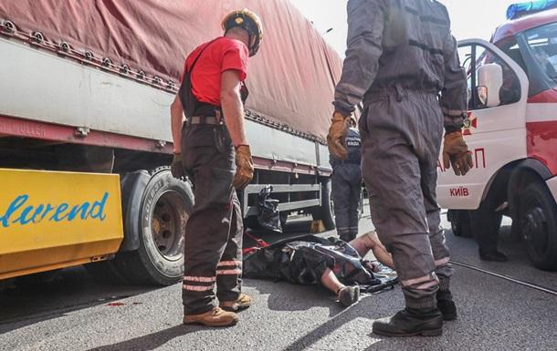 В Киеве прицеп раздавил голову водителю фуры