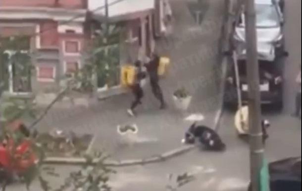 Два курьера Glovo устроили на улице кулачный бой
