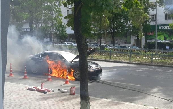 У центрі Києва на ходу загорівся елітний Maserati