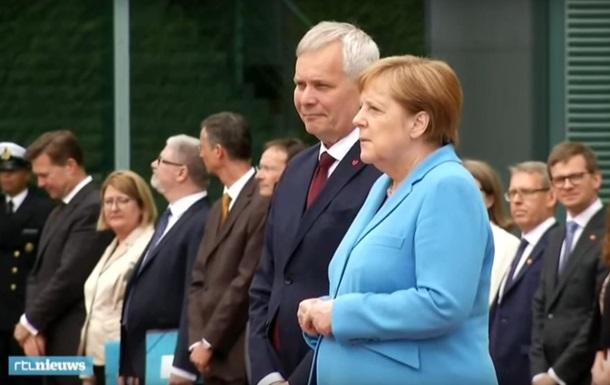 Стало відомо, що шепотіла Меркель під час нападу тремтіння