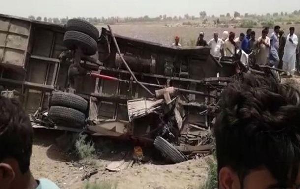 У Пакистані 10 людей загинули в ДТП з автобусом