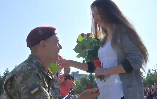 Пятеро десантников сделали предложение своим девушкам во время присяги