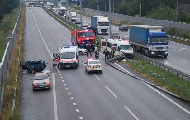Масштабна ДТП під Києвом: троє мертві, 18 поранені