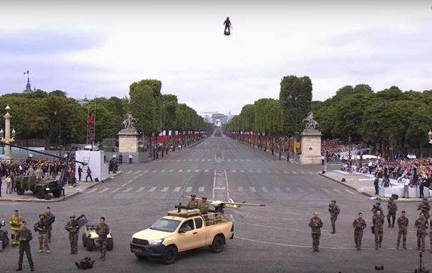 На военном параде во Франции показали в действии летающую реактивную доску