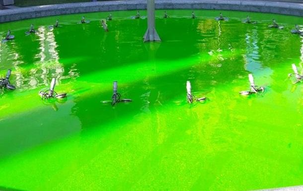 Невідомі пофарбували фонтани в центрі Києва