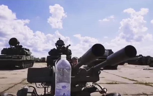 Украинский военный открутил пробку на бутылке зенитной установкой
