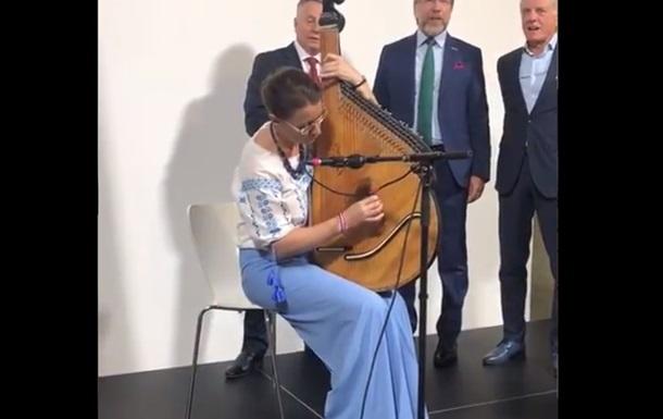 Посол Франції в Україні зіграла на бандурі