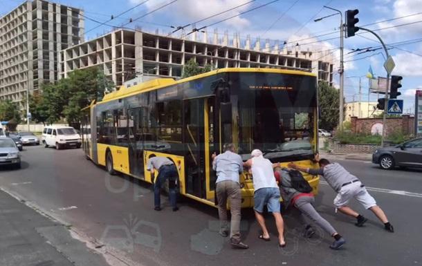 У Києві пасажири штовхали тролейбус, що зламався