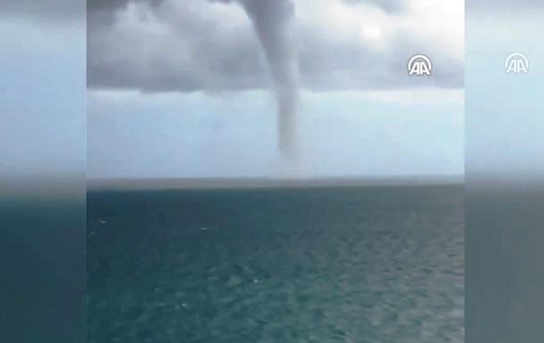 Мощный смерч в Черном море сняли на видео