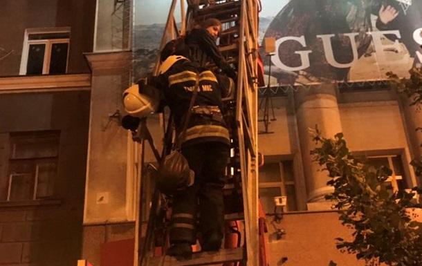 Спасатели сняли с крыши торгового центра двух девушек