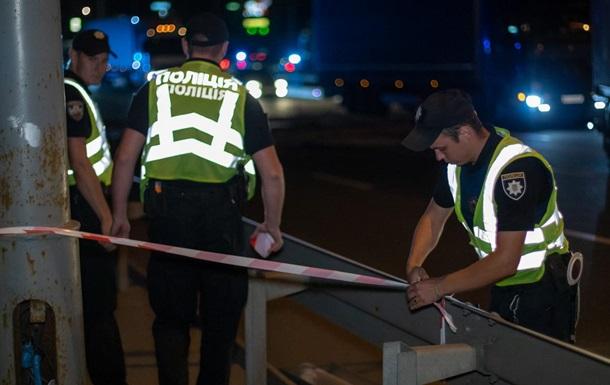У Києві вантажівка впала з моста