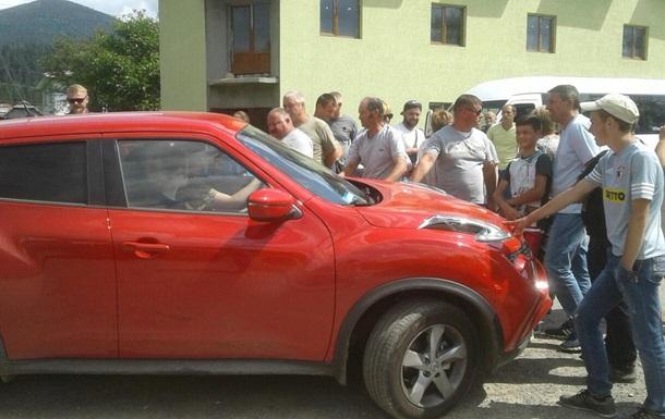 На Прикарпатті жителі перекрили дорогу, вимагаючи її ремонту