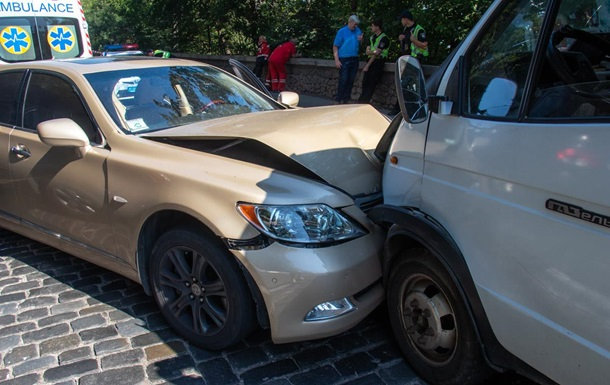 В Киеве возле  моста Кличко  водитель Lexus попал в ДТП и умер