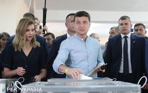 Зеленський загубив дружину в натовпі перед виборчою дільницею