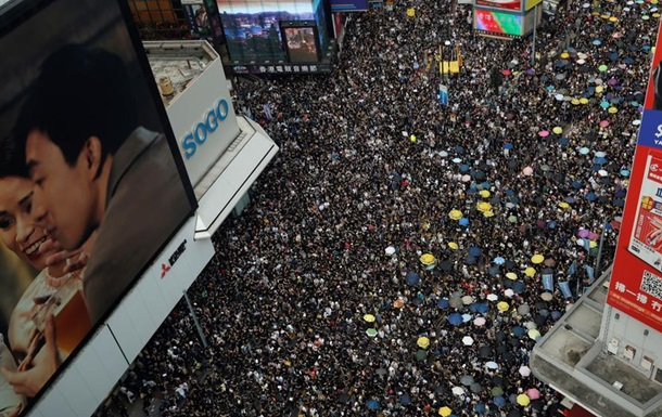 Десятки тисяч людей протестують в Гонконгу