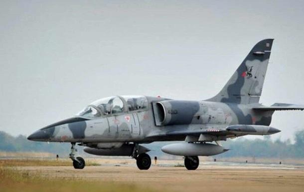 Военный самолет экстренно приземлился на дорогу в Тунисе