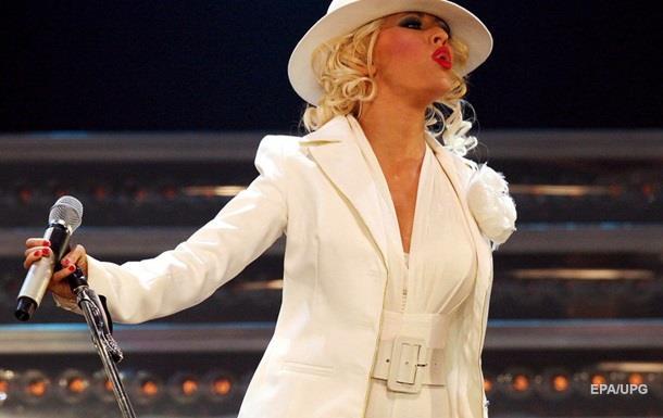 Певица Кристина Агилера упала во время выступления