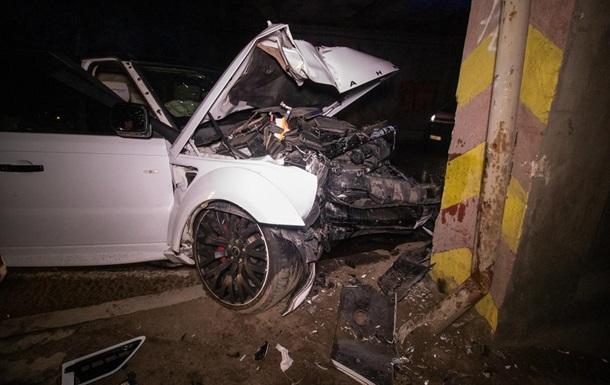 У Києві Range Rover врізався в опору мосту