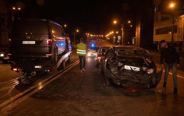 В Киеве Volkswagen протаранил два авто во время оформления ДТП
