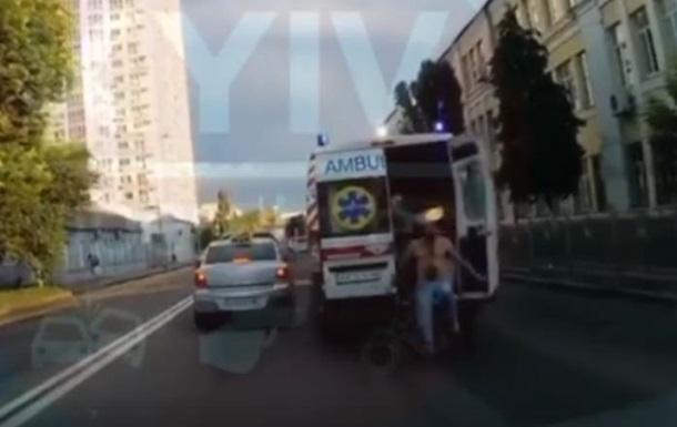 Полуголый мужчина на ходу выпрыгнул из  скорой  в Киеве