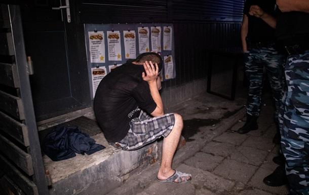 У Києві чоловік з ножем напав на відвідувачів кафе