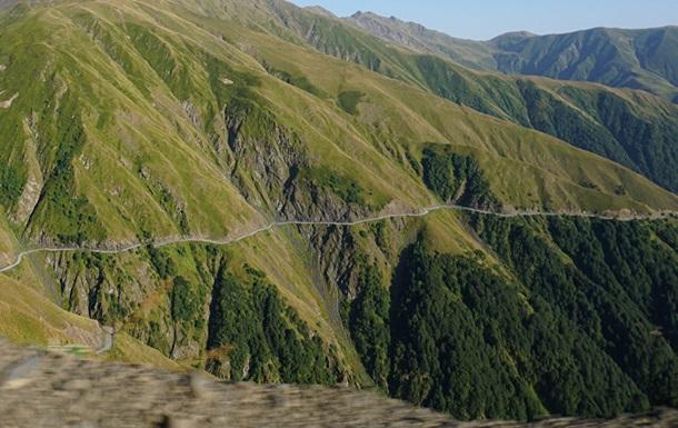 В горах Грузии грузовик упал в ущелье: есть жертвы