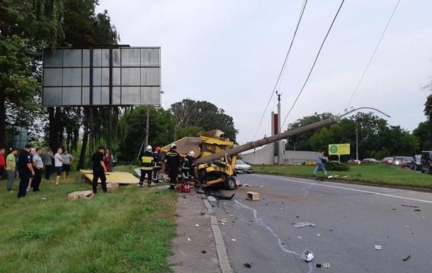 В Ровно Mercedes врезался в столб: один погибший, трое пострадавших