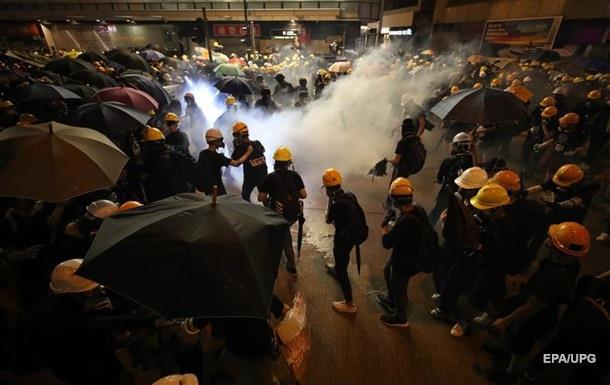 У Гонконгу зіткнення протестувальників із поліцією