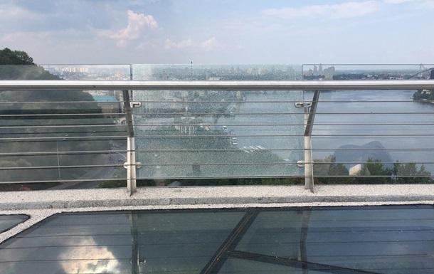 На  мосту Кличко  треснуло боковое стекло
